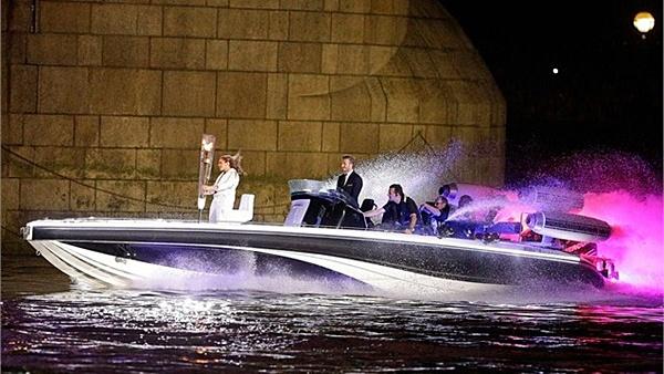 gambar david beckham naik bot olimpik 2012