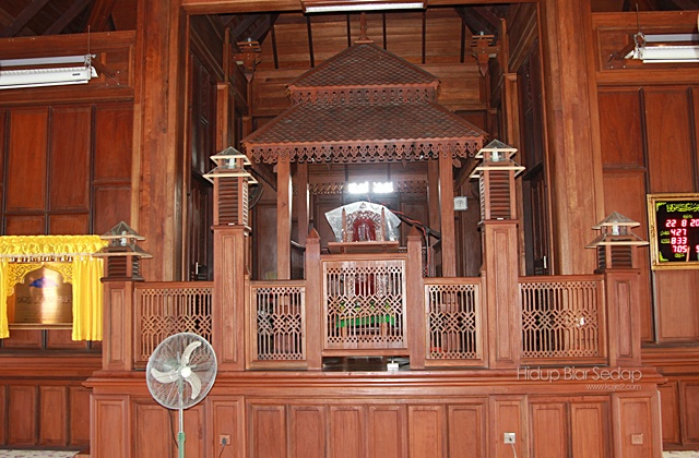gambar mimbar masjid kayu seberang jertih