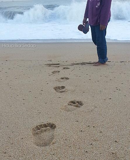 tapak kaki di pantai