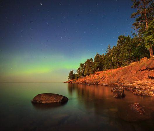 Contoh aurora di  Lake Superior oleh jurugambar Paul Nelson